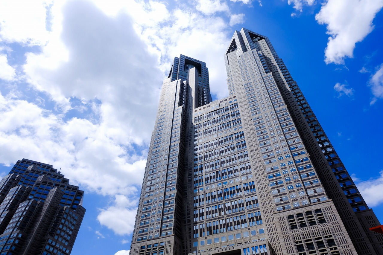 そびえたつ新宿の東京都庁ビル